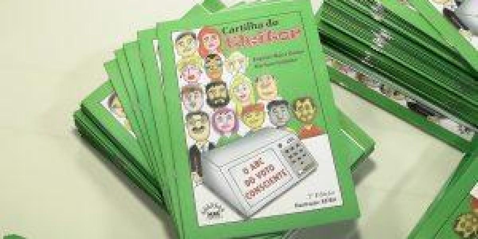 Movimento Amigos de Caratinga lança cartilha do eleitor na Escola Jairo Grossi