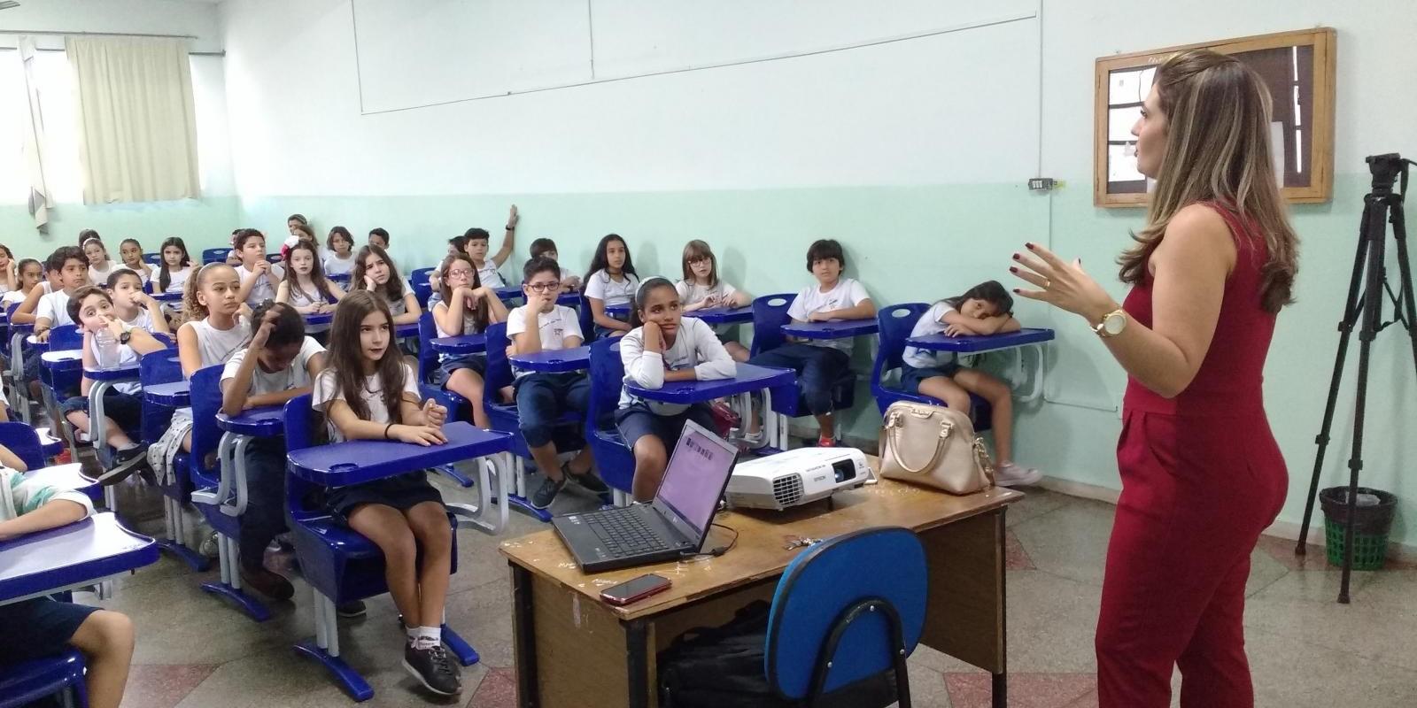Alunos do ensino fundamental recebem jornalista para falar sobre a produção da reportagem e a dinâmica da profissão