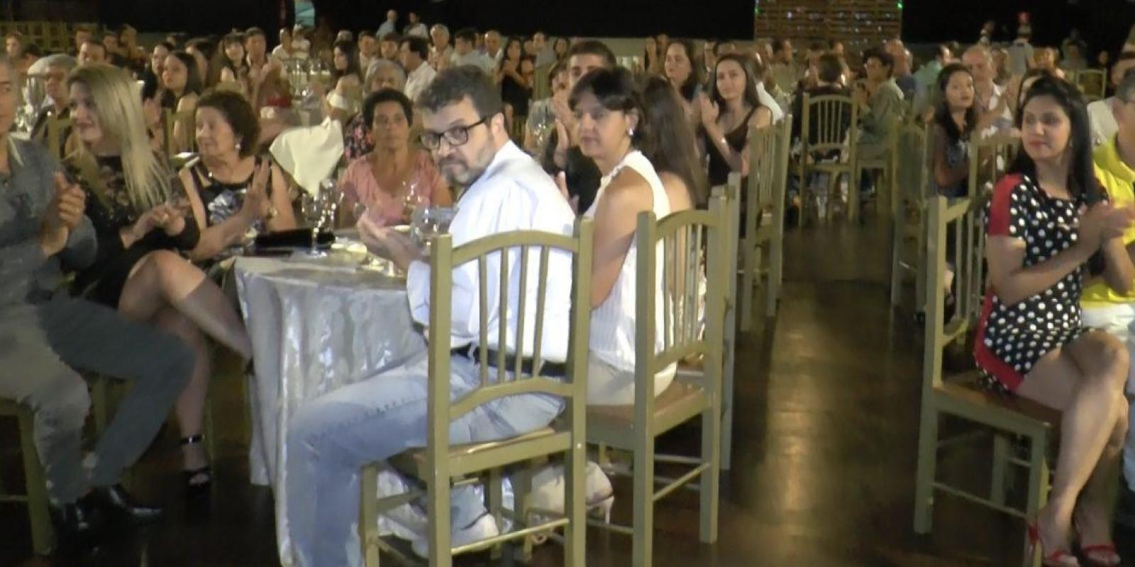 Saboreando a vitória: formandos da Escola Professor Jairo Grossi participam de jantar festivo