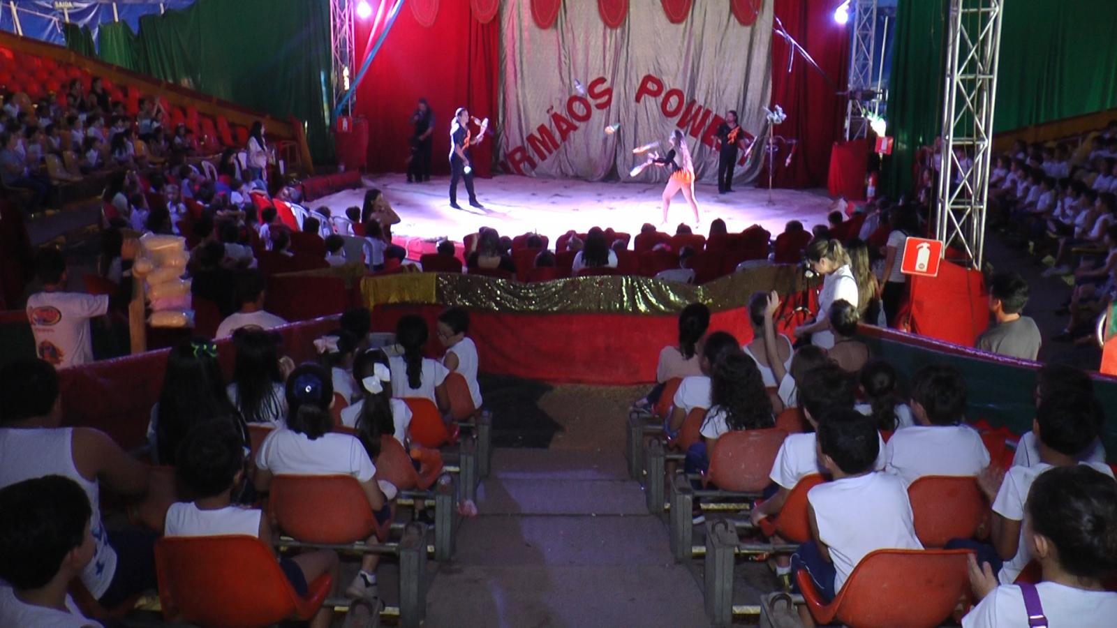 Alunos da Escola Professor Jairo Grossi prestigiam a cultura circense